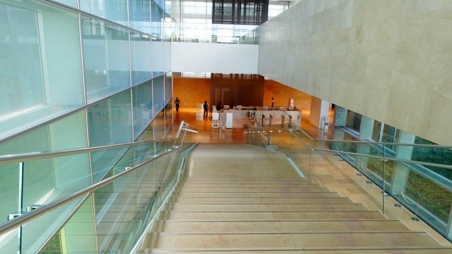 國立國會圖書館關西館館內往地下櫃檯樓梯
