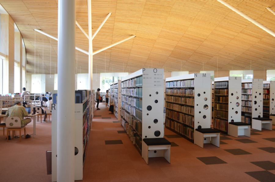 小布施圖書館內部