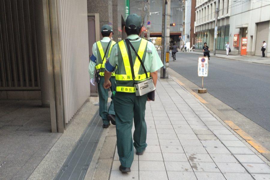 街頭檢舉違停腳踏車的工作人員