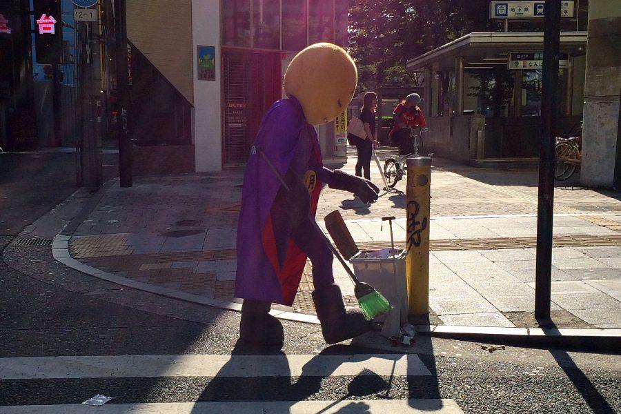 在街頭看到人偶裝人物在打掃街道