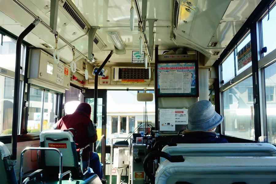前往奈良美智「N's YARD」美術館的巴士車內