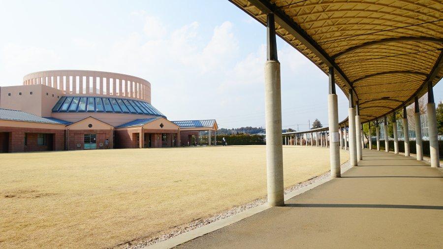 茨城縣水戶市立西部圖書館外橢圓迴廊走道